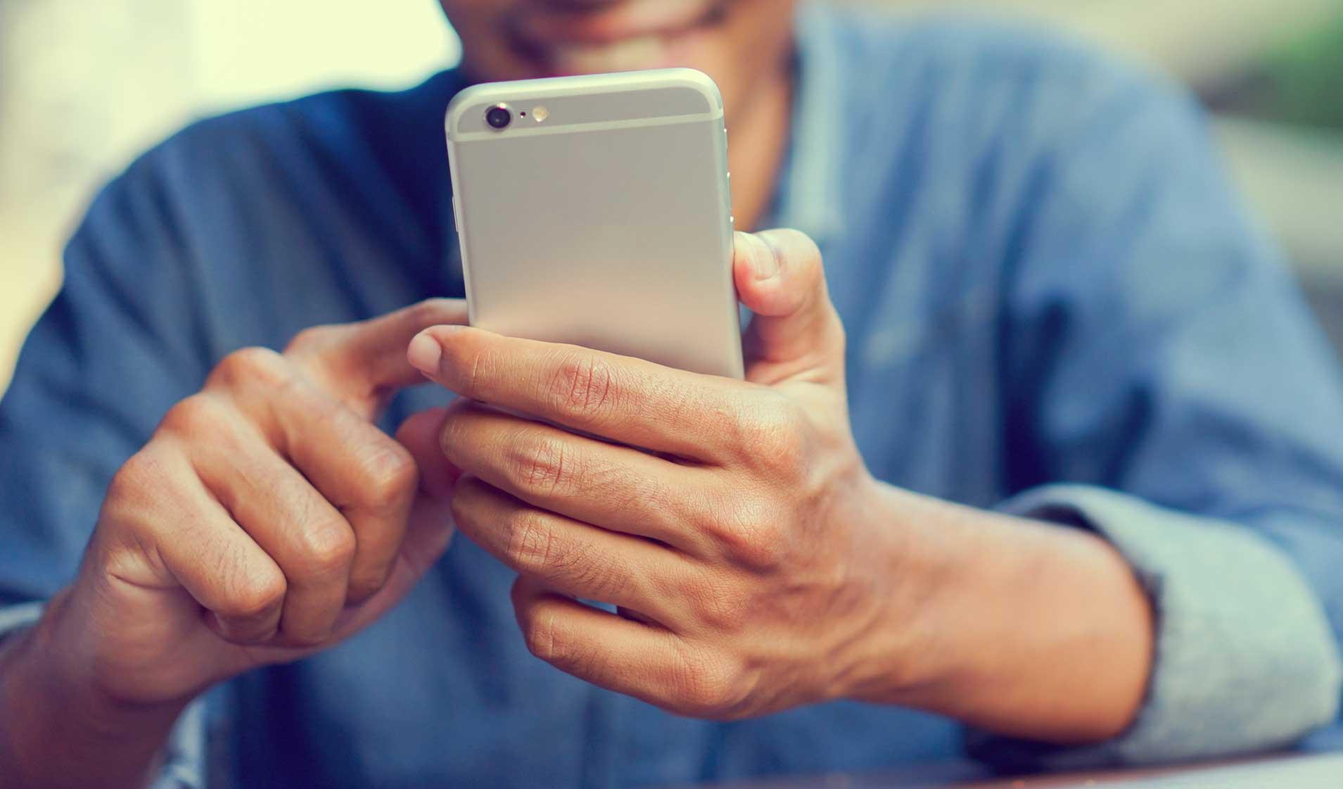 Person testet App mit iPhone