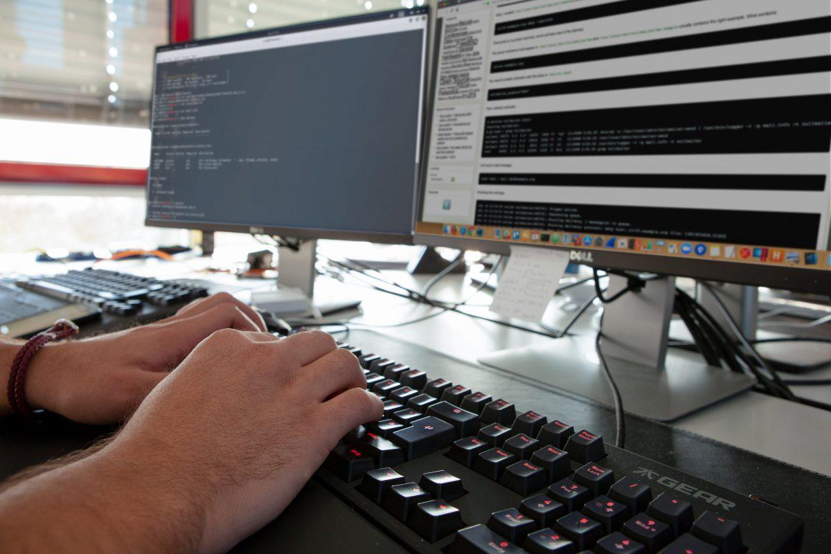 Bild eines Junior Penetration Tester bei der Arbeit