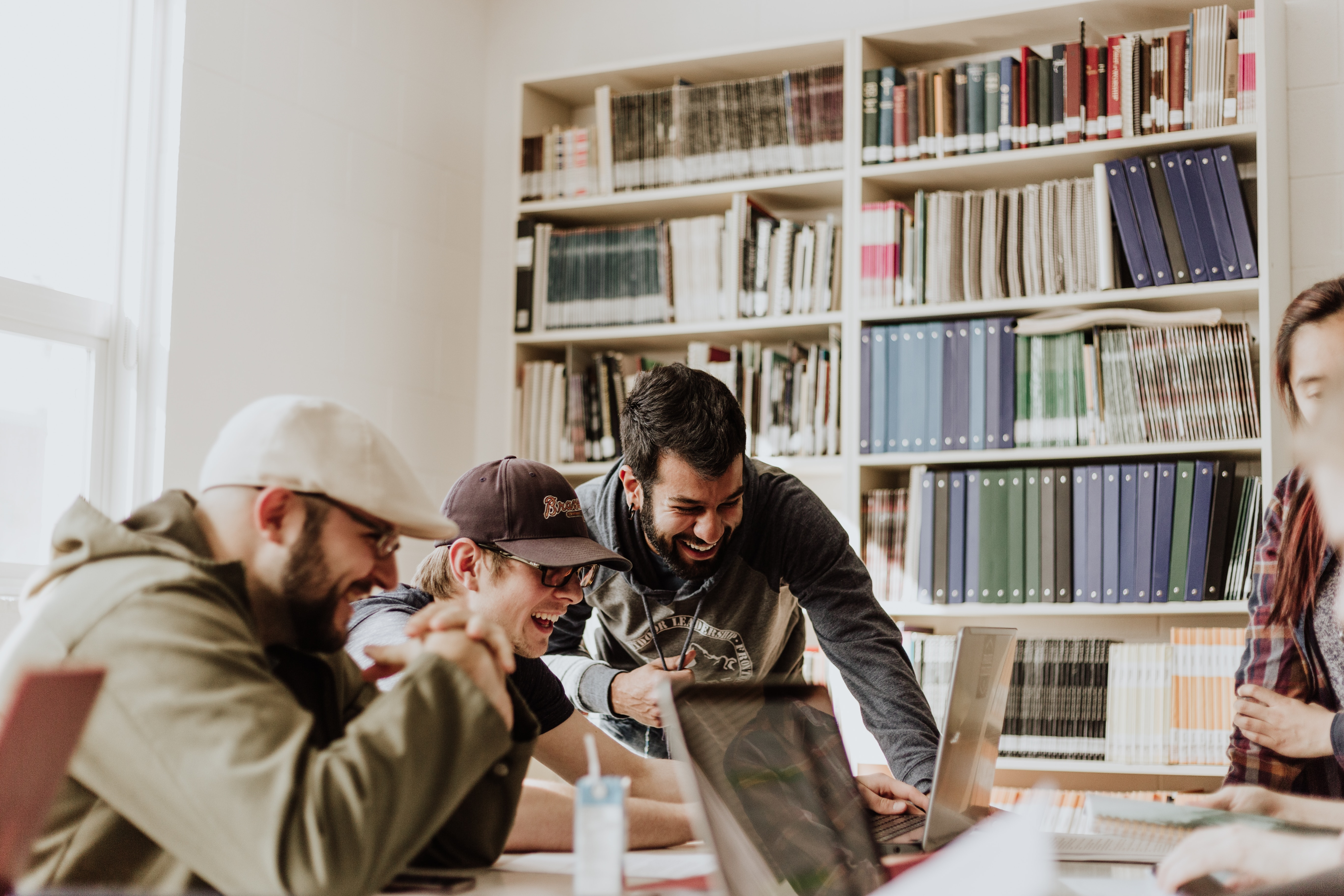 Bild von lachenden Kollegen, die an einem gemeinsamen Projekt arbeiten
